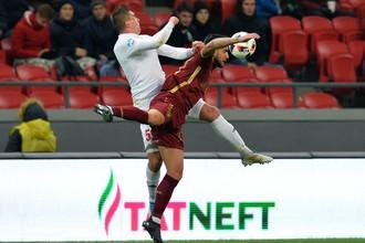 Игрок Рубина Саму Гарсия наносут удар по воротам