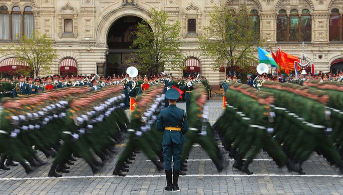 Военнослужащие во время военного парада на Красной площади, посвященного 72-й годовщине победы в...