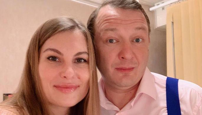 Не оглядываясь: избитая жена Башарова бежит из России