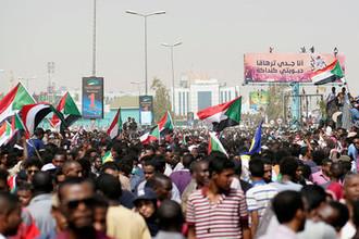 Участники акции протеста в Хартуме с требованием к президенту Омару аль-Баширу уйти в отставку, 11 апреля 2019 года