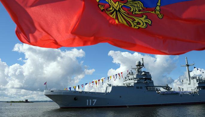 Большой десантный корабль «Петр Моргунов» во время Главного военно-морского парада по случаю Дня ВМФ на Кронштадтском рейде в Финском заливе, 26 июля 2020 года