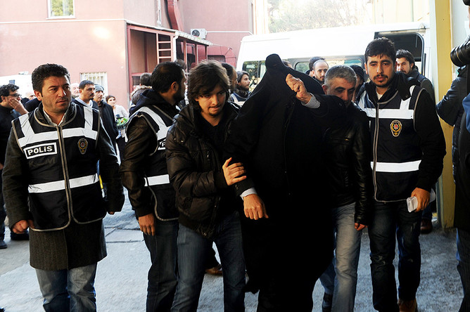 Операция по задержанию подозреваемых в коррупции правительственных чиновников в Стамбуле
