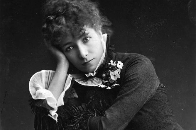 Впрочем, когда актриса сама поступила на службу в театр, карьера чуть не закончилась конфузом: молодая актриса до смерти боялась выходить на сцену