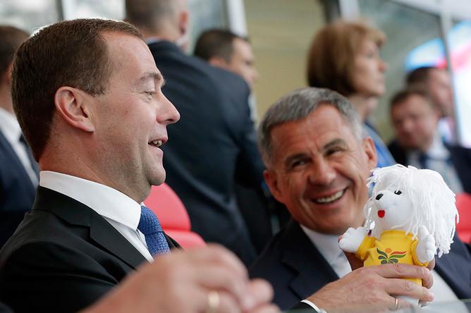Премьер-министр России Дмитрий Медведев и президент Татарстана Рустам Минниханов на трибуне «Казань Арены»