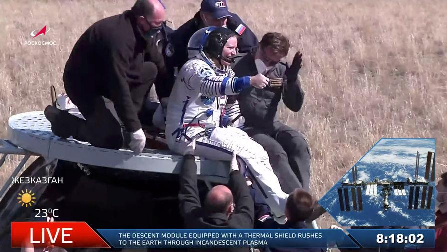 Астронавт Кэтлин Рубинс после приземления корабля «Союз МС-17» в степи Казахстана, 17 апреля 2021 года