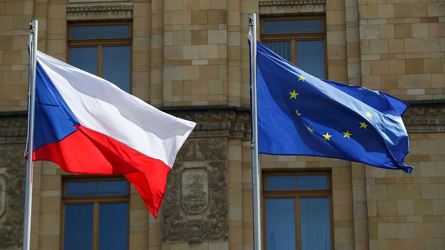Флаги Чехии и Евросоюза у здания посольства Чехии в Москве