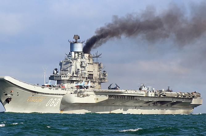 Тяжелый авианесущий крейсер «Адмирал Кузнецов» во время прохода через пролив Ла-Манш