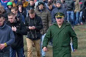 Призывники на территории инженерного полка Черноморского флота в Евпатории в Крыму, март 2016 года