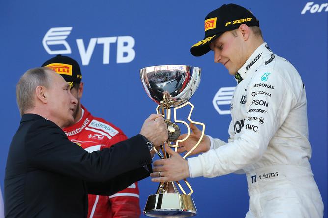 Президент РФ Владимир Путин и пилот команды Mercedes AMG F1 Валттери Боттас (слева направо), занявший первое место в гонке Гран-при России «Формулы-1», во время церемонии награждения на территории гоночного комплекса «Сочи Автодром»