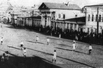 Один из первых футбольных матчей в Верхнеудинске (после 1934 года — Улан-Удэ). Базарная площадь, 1915 год