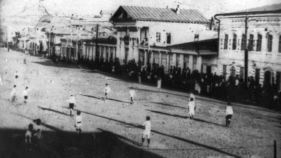Один из первых футбольных матчей в Верхнеудинске (после 1934 года — Улан-Удэ). Базарная...