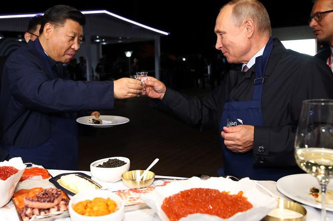 Президент России Владимир Путин и председатель КНР Си Цзиньпин во время посещения выставки в рамках ВЭФ «Улица Дальнего Востока» на набережной Дальневосточного федерального университета на острове Русский, 11 сентября 2018 года