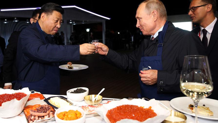 Путин и Си Цзиньпин приготовили блины с черной и красной икрой