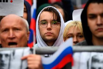 Участник митинга в поддержку незарегистрированных кандидатов в Мосгордуму на проспекте Академика Сахарова в Москве