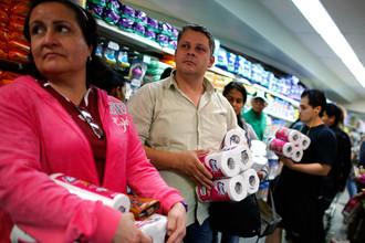 Очередь в Каракосе за туалетной бумагой, 2013 год