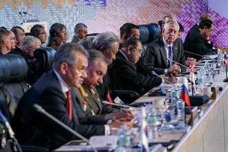 Министр обороны США Джеймс Мэттис слушает выступление министра обороны России Сергея Шойгу