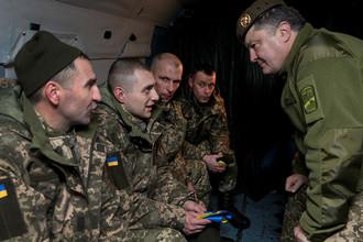 Президент Украины Петр Порошенко во время встречи украинцев, освобожденных из плена, в аэропорту Борисполь в Киеве, 27 декабря 2017 года