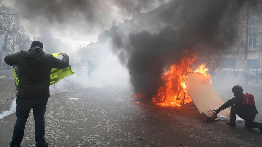 Десятки человек пострадали в ходе протестов «желтых жилетов» в Париже