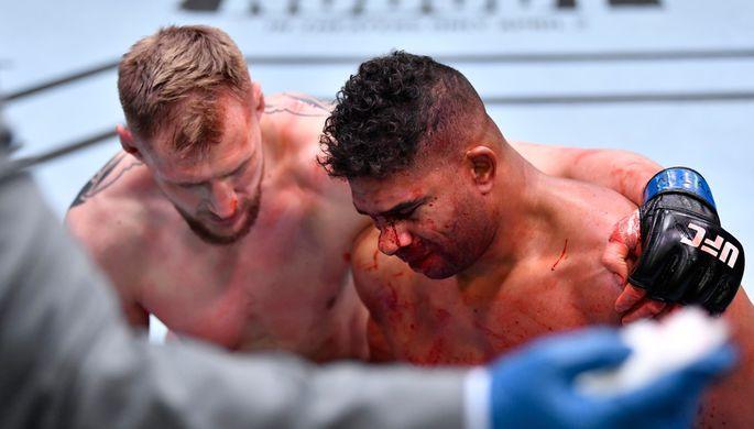Бойцы Александр Волков и Алистар Оверим после боя на UFC Fight Night 184