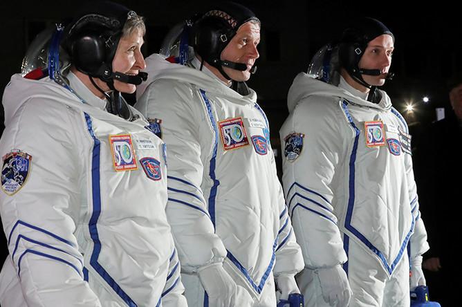 Астронавт NASA Пегги Уитсон, космонавт «Роскосмоса» Олег Новицкий и астронавт ESA Тома Песке