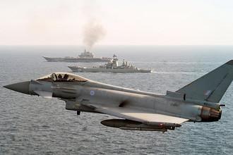Истребитель Королевских ВВС типа Typhoon сопровождает российские корабли в Ла-Манше, 25 января 2017 года