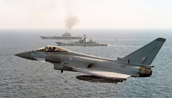 Истребитель Королевских ВВС типа Typhoon сопровождает российские корабли в Ла-Манше, 25 января 2017...