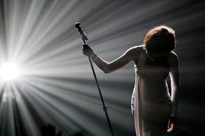 Поклон Уитни Хьюстон после исполнения песни «I Didn't Know My Own Strength» на церемонии вручения American Music Awards в ноябре 2009 года