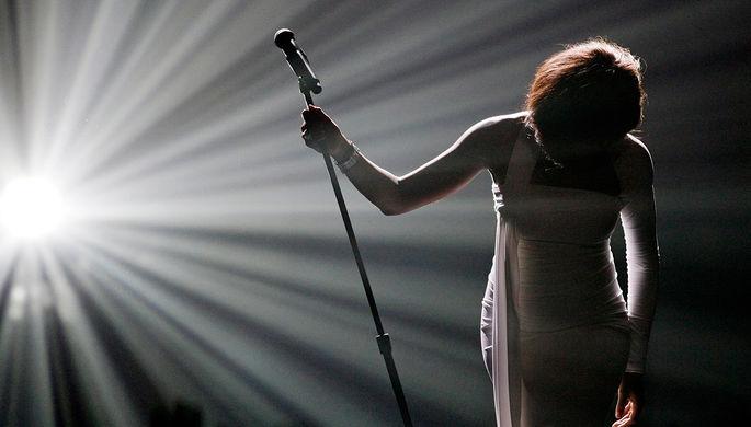 Поклон Уитни Хьюстон после исполнения песни «I Didn't Know My Own Strength» на церемонии вручения...