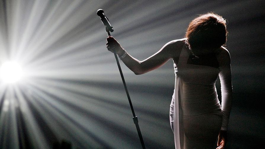 Поклон Уитни Хьюстон после исполнения песни «I Didn't Know My Own Strength» нацеремонии вручения American Music Awards вноябре 2009 года
