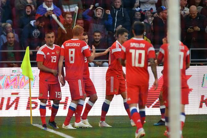 Игроки сборной России радуются забитому мячу