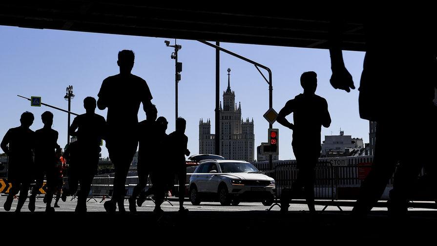 Участники на дистанции Московского полумарафона-2019 в Москве. Трасса забега проложена в один круг протяженностью 21,1 км по центральным набережным столицы