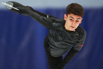 Артур Даниелян во время выступления в короткой программе мужского одиночного катания на контрольных прокатах среди юниоров по фигурному катанию в Химках, 2019 год