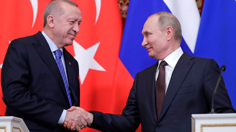 Президент России Владимир Путин и президент Турции Реджеп Тайип Эрдоган во время пресс-подхода по...