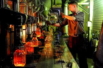 В цехе производства стеклолитейного завода