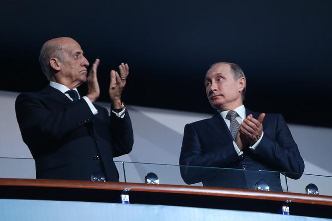Президент Международной федерации плавания (ФИНА) Хулио Маглионе и Владимир Путин (слева направо) во время церемонии открытия 16-го чемпионата мира ФИНА по водным видам спорта в Ледовом дворце «Татнефть Арена»