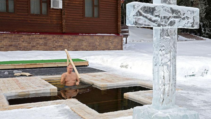 Президент России Владимир Путин принимает участие в крещенских купаниях, 19 января 2021 года
