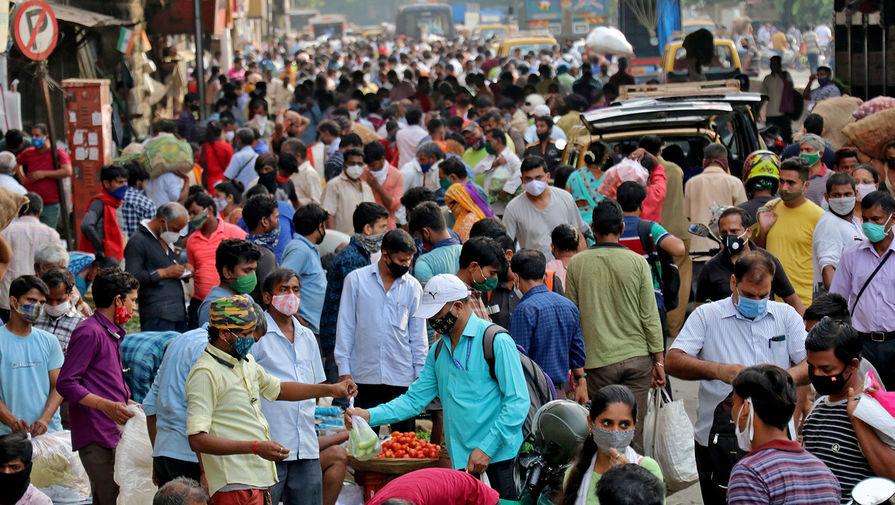 Люди на рынке в Мумбаи, 21 апреля 2021 года