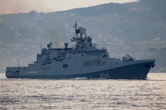 Фрегат «Адмирал Григорович» в проливе Босфор на пути в Средиземное море, Стамбул, Турция, 7 апреля 2017 года