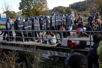 Хорватская полиция и мигранты на границе между Боснией и Хорватией близ города Велика-Кладуша, 24 октября 2018 года