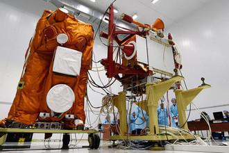 Научный космический аппарат «Михайло Ломоносов» в монтажно-испытательном корпусе космических аппаратов космодрома «Восточный»