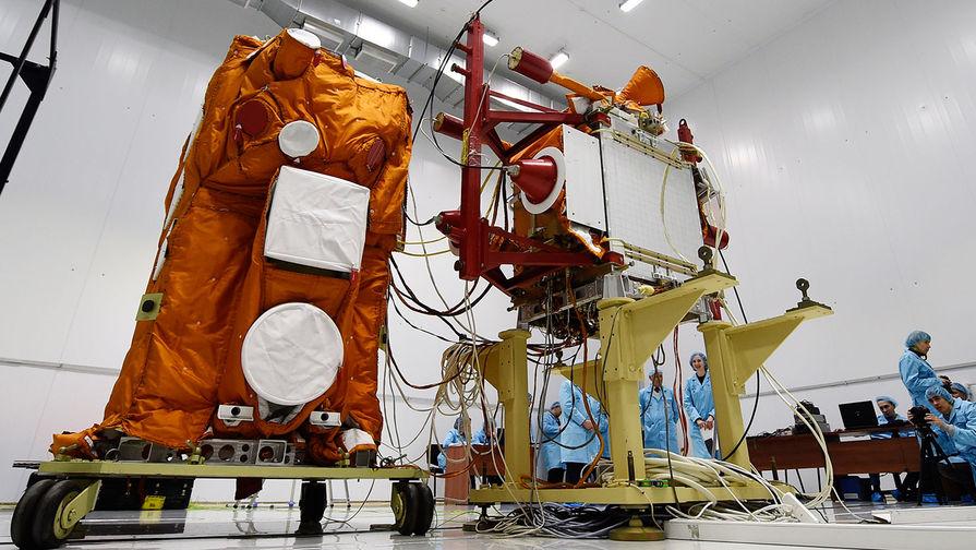 Научный космический аппарат «Михайло Ломоносов» в монтажно-испытательном корпусе...
