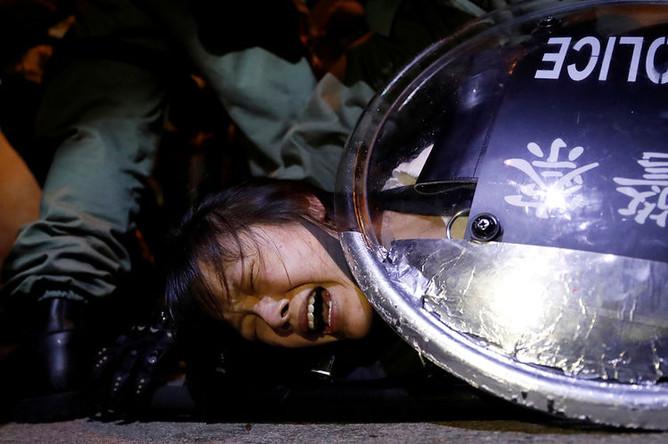 Задержание участника протестной акции около станции полиции в Гонконге, 2 сентября 2019 года