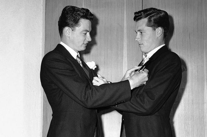 Баррон Хилтон (слева) в роли шафера Конрада Хилтона перед свадьбой с Элизабет Тейлор, 1950 год