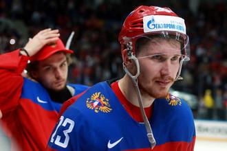 Роман Любимов отправится в НХЛ по проторенной годом ранее Артемией Панариным (на заднем плане) дорожке