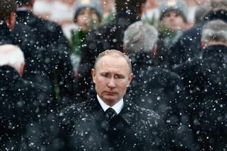 Президент России Владимир Путин во время церемонии возложения цветов к Могиле Неизвестного Солдата у стен Кремля в День защитника отечества, февраль 2017 года