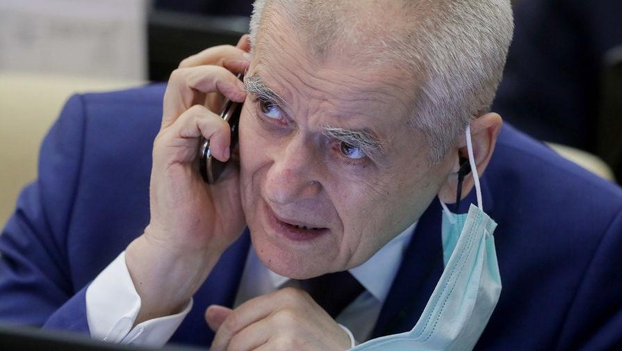 Онищенко поддержал усиление контроля за масками и перчатками в общественных местах