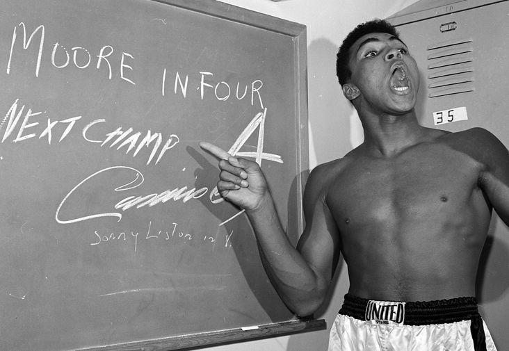 Молодой Мухаммед Али в раздевалке перед боем с Арчи Муром в Лос-Анджелесе, 1962 год