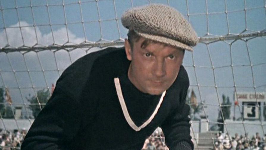 Кадр из фильма «Запасной игрок» (1954)