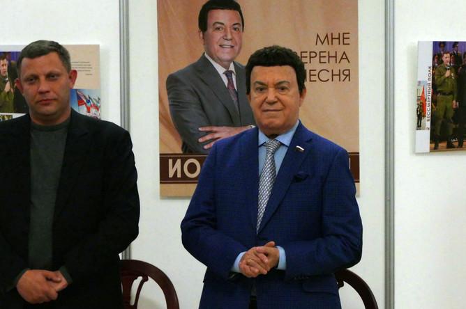 Глава самопровозглашенной ДНР Александр Захарченко и певец Иосиф Кобзон перед началом юбилейного концерта в Донецке, сентябрь 2017 года