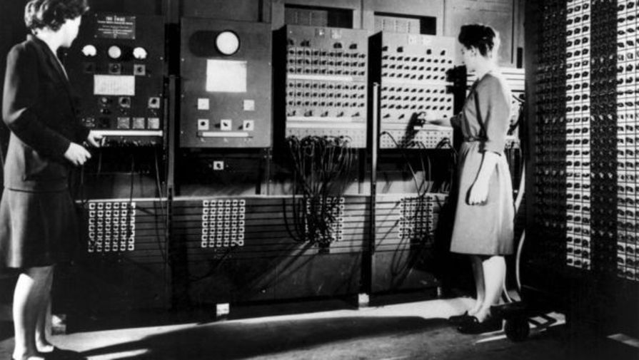 Первыми программистами ENIAC стали шесть девушек – Мэрлин Мельцер, Рут Лихтерман, Кэтлин Рита Макналти, Бетти Джин Дженнингс, Франсис Элизабет Снайдер и Франсис Билас